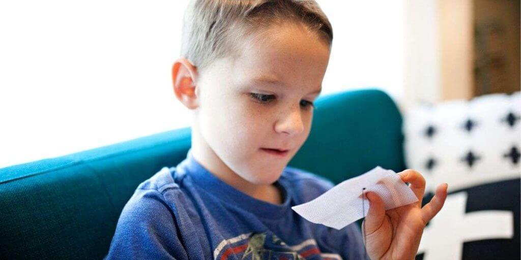 copil citeste un bilet