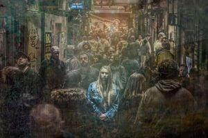pictura cu o femeie in mijlocul unei multimi