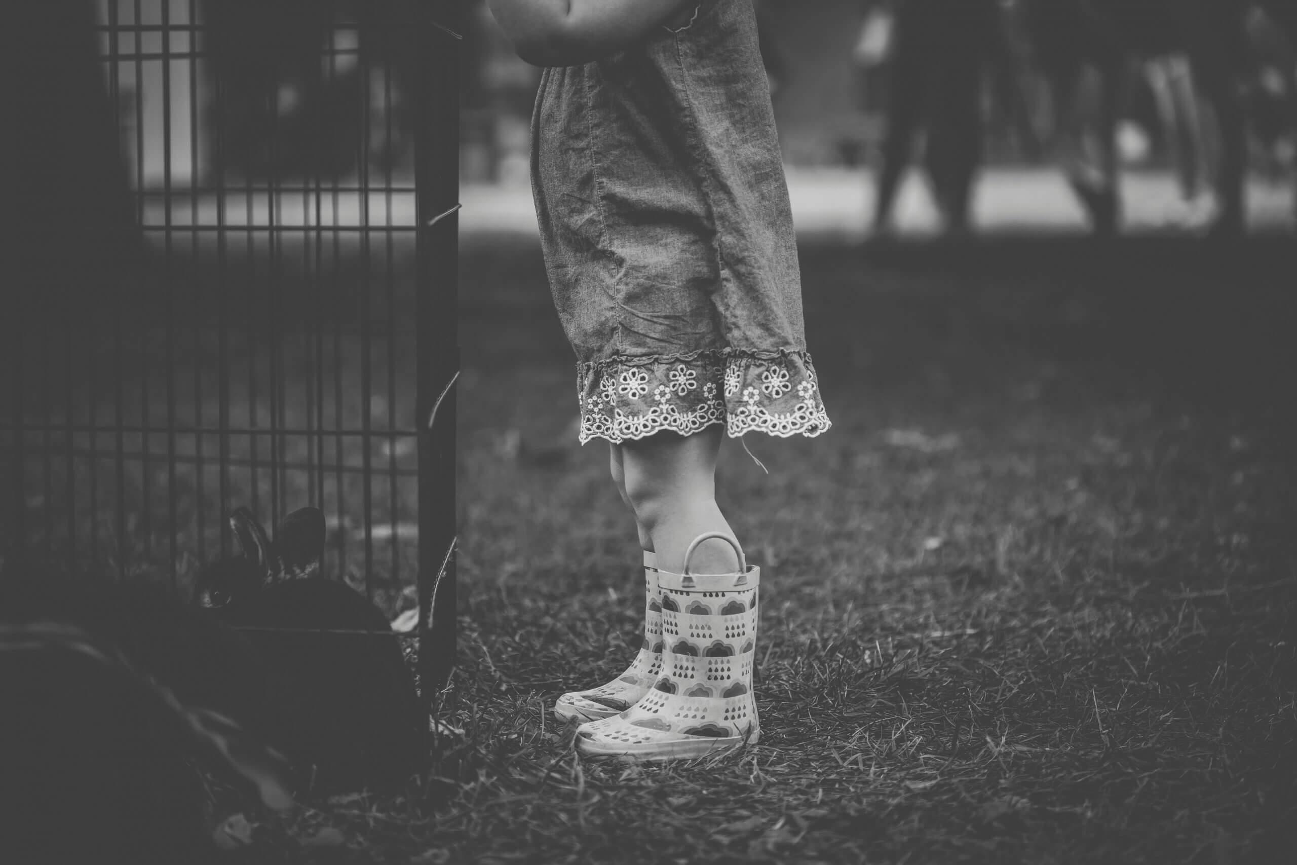 copil timid singur
